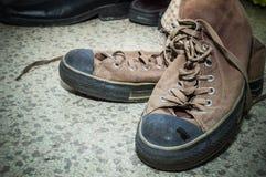 Chaussures en soie de Brown sur le plancher Image libre de droits