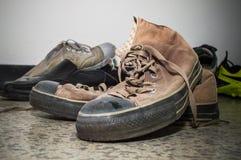 Chaussures en soie de Brown sur le plancher Image stock
