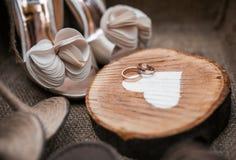 Chaussures et anneaux Image stock