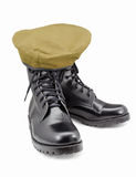 Chaussures et béret noirs d'armée sur les milieux blancs Images stock