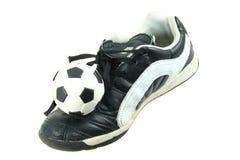 Chaussures et bille du football de gosses photos stock