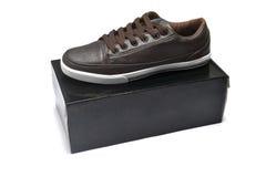 Chaussures et boîte Images stock