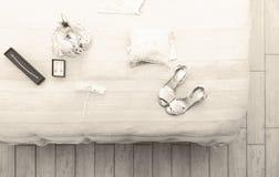 Chaussures et boucles d'oreille pour un mariage Images stock