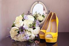 Chaussures et bouquet de mariage Image libre de droits