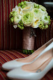 Chaussures et bouquet de mariage Photographie stock libre de droits