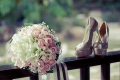 Chaussures et bouquet de mariage Image stock