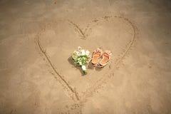 Chaussures et bouquet sur un coeur Photos libres de droits
