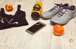 Chaussures et bouteille d'eau de sport avec l'article de sport Image stock