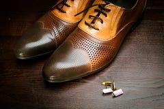 Chaussures et boutons de manchette de Brown Photos libres de droits