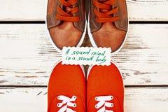Chaussures et carte opposées de sport Photographie stock libre de droits