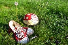Chaussures et casque sur l'herbe Photos libres de droits