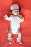 Chaussures et chapeau de port de sport de bébé Photographie stock