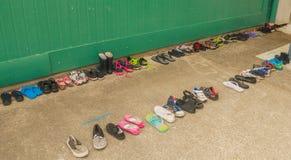 Chaussures et chapeaux dans la cour de récréation Images libres de droits