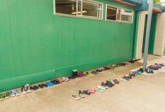 Chaussures et chapeaux dans la cour de récréation Photos libres de droits
