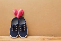 Chaussures et coeur sur le dessus Photos stock