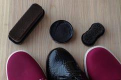Chaussures et crème de récurage sur le plancher Nettoyez les chaussures pour la marche photo libre de droits