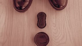 Chaussures et crème de récurage sur le plancher Nettoyez les chaussures pour la marche images libres de droits