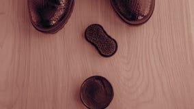 Chaussures et crème de récurage sur le plancher Nettoyez les chaussures pour la marche image stock