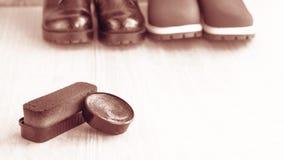 Chaussures et crème de récurage sur le plancher Nettoyez les chaussures pour la marche photos libres de droits