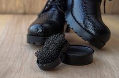 Chaussures et crème de récurage sur le plancher Nettoyez les chaussures pour la marche image libre de droits