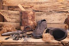 Chaussures et divers articles sur le vieux fond photographie stock