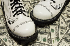 Chaussures et dollar blancs avec images libres de droits