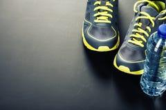 Chaussures et eau de sport photo libre de droits