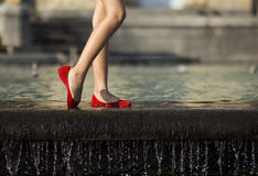 Chaussures et eau rouges Photos stock