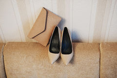Chaussures et embrayage beiges Photographie stock