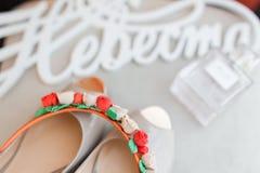 Chaussures et encadrement blancs de jeunes mariées Photographie stock