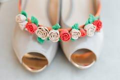 Chaussures et encadrement blancs de jeunes mariées Photos stock
