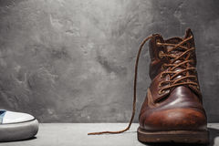 Chaussures et espadrilles du ` s d'hommes sur le mur en béton de fond Photo stock