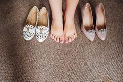 Chaussures et jambes de la jeune mariée sur le plancher Images libres de droits