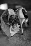 Chaussures et jarretière blanches de femmes de talon haut Images stock