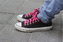 Chaussures et jeans de tennis classiques Photo libre de droits