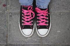 Chaussures et jeans de tennis classiques Image stock