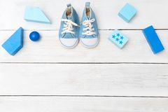Chaussures et jouets bleus de Boy's sur un fond en bois blanc Vue de ci-avant Images stock