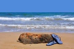 Sandales sur la plage Images stock