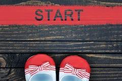 Chaussures et mot de début Images stock