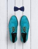 Chaussures et noeud papillon masculins sur un fond en bois blanc Images libres de droits
