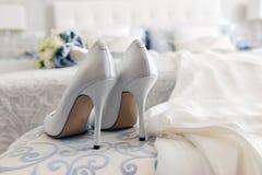 Chaussures et robe de mariage Photographie stock libre de droits