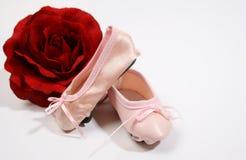 Chaussures et Rose de ballet Photographie stock libre de droits