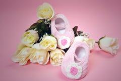 Chaussures et roses de bébé images libres de droits