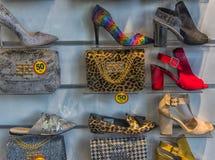 Chaussures et sacs à main dans la fenêtre de boutique Photos stock