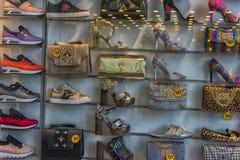 Chaussures et sacs à main dans la fenêtre de boutique Images stock