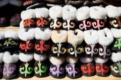 Chaussures ethniques sur le marché Photos stock