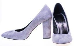 Chaussures fabriquées à partir de le suède gris sur le fond blanc, d'isolement Paires de chaussures gîtées par haute à la mode Ch Photographie stock