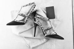 Chaussures faites de cuir avec des talons hauts Chaussures de femme de couleur avec des épines Chaussures de style de roche images libres de droits