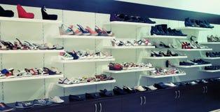 Chaussures femelles à la mode sur une étagère Photo stock