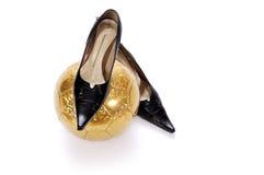 Chaussures femelles et football sur un fond blanc Photo stock